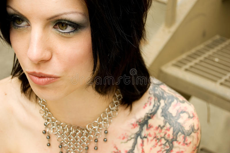 Reizvolle Tätowierungfrau im Brautkleid stockbilder