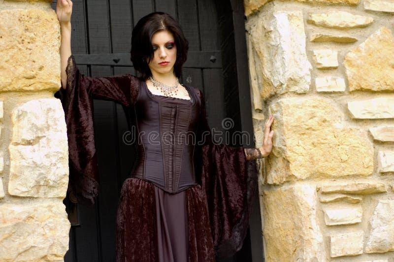 Reizvolle Vampirfrau stockfoto