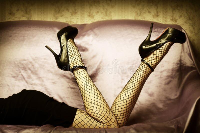 Reizvolle weibliche Fahrwerkbeine in den Schuhen lizenzfreie stockbilder