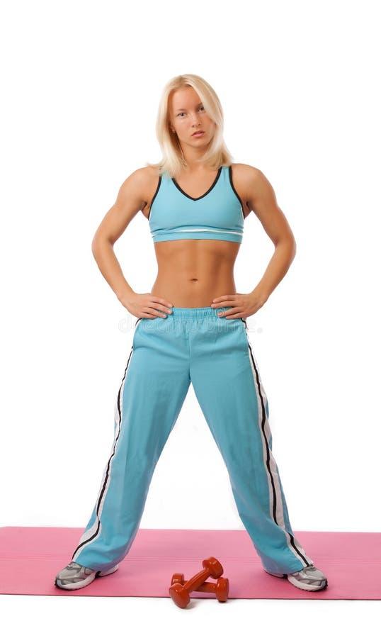 Reizvoller Athlet mit Gewichten lizenzfreie stockfotos