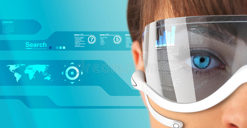Reizvoller Brunette in den zukünftigen Gläsern und im headse stockbilder