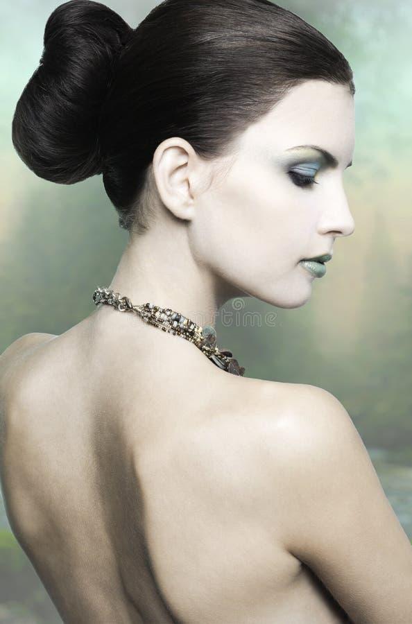 Reizvoller Brunette mit Juwelen lizenzfreies stockfoto