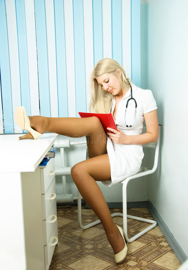 Reizvoller Doktor im Büro lizenzfreie stockbilder