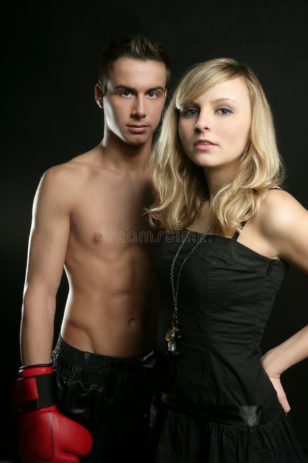 Reizvoller junger männlicher Boxer mit blondem schönem Mädchen lizenzfreies stockbild