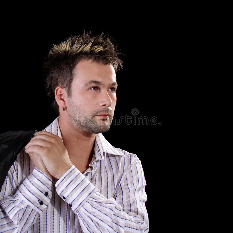 Reizvoller junger Mann auf schwarzem Hintergrund lizenzfreie stockbilder