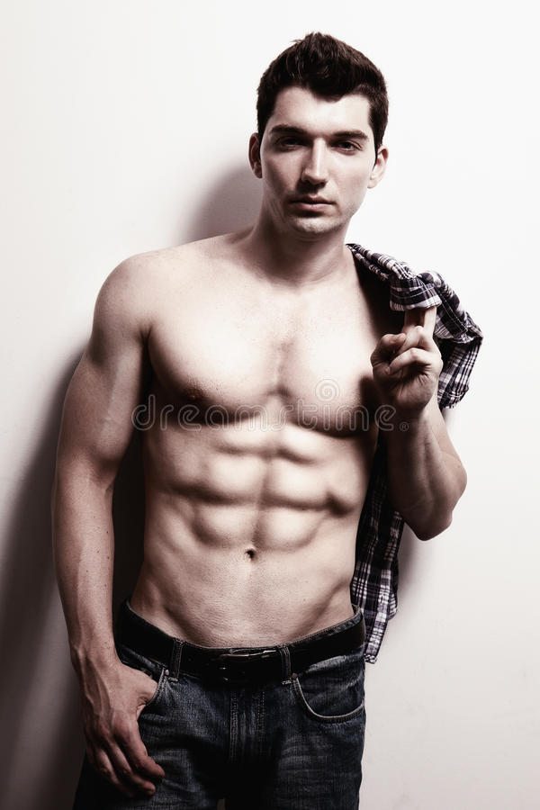 Reizvoller männlicher Mann mit muskulöser ABS stockfoto