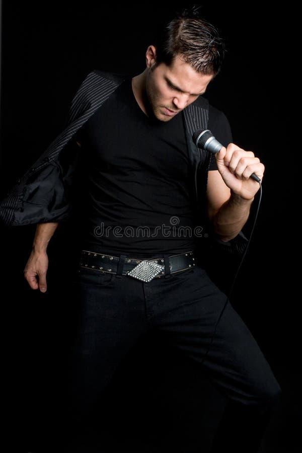 Reizvoller männlicher Sänger lizenzfreie stockbilder