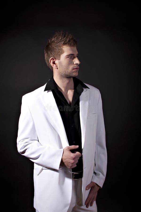 Reizvoller Mann in der weißen Klage stockfotografie