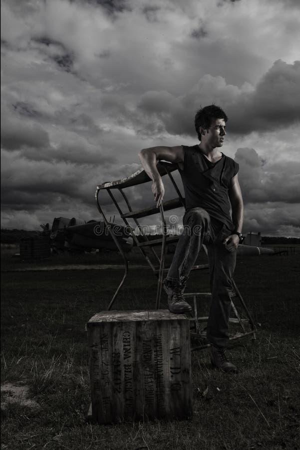 Reizvoller Mann des dunklen stürmischen Portraits lizenzfreies stockfoto