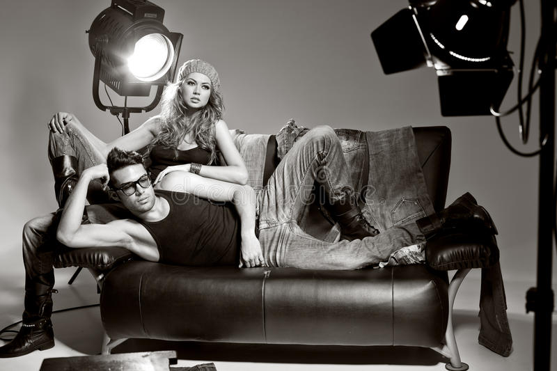 Reizvoller Mann und Frau, die eine Art- und WeiseFotoaufnahme tut lizenzfreie stockfotos