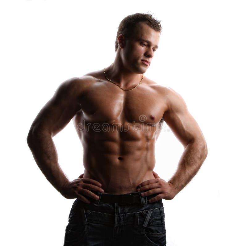 Reizvoller nasser nackter junger Bodybuilder des Muskels