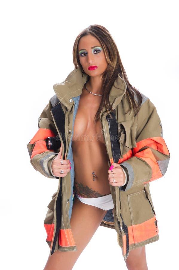 Reizvoller weiblicher Feuerwehrmann stockfotografie