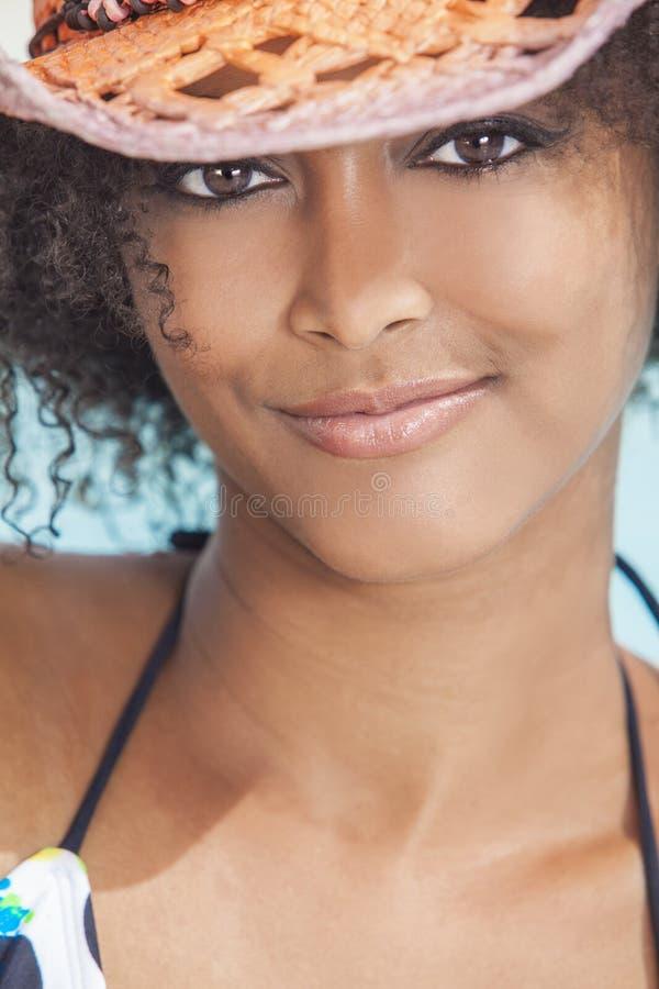 Reizvolles Afroamerikaner-Frauen-Mädchen im Cowboyhut lizenzfreie stockbilder