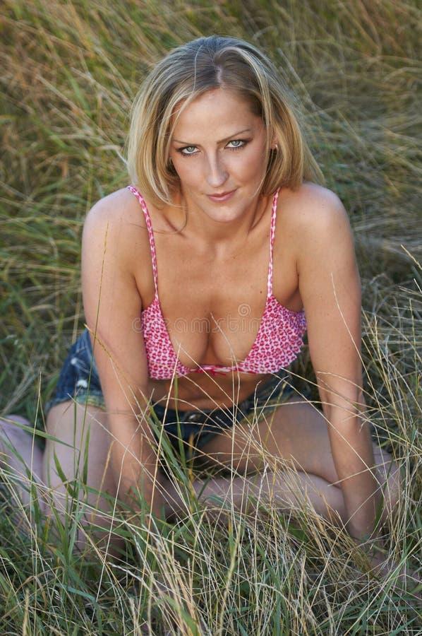 Reizvolles blondes in der Nachmittags-Leuchte lizenzfreie stockbilder
