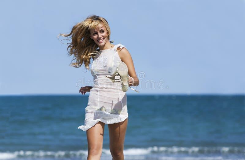 Reizvolles blondes Frauenlaufen windblown stockbilder
