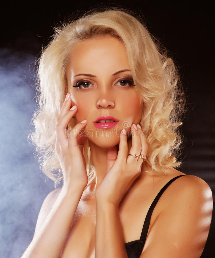 Reizvolles blondes Mädchen lizenzfreies stockfoto