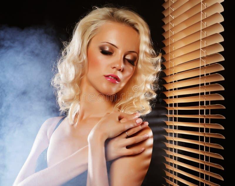 Reizvolles blondes Mädchen lizenzfreie stockfotografie