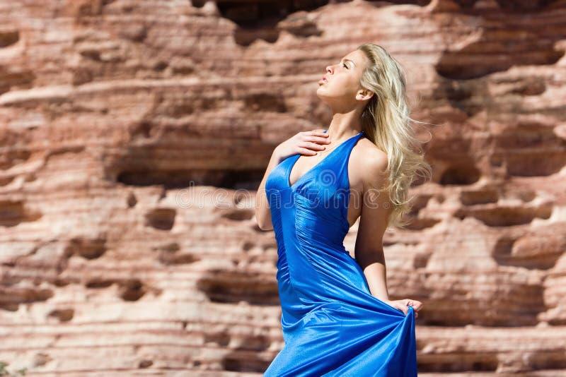 Reizvolles blondes Mädchen im modernen Kleid lizenzfreie stockfotografie