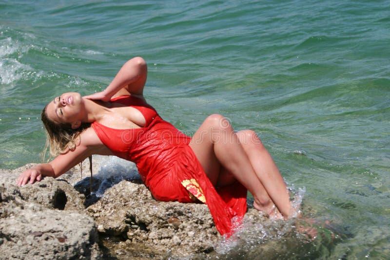 Reizvolles blondes Mädchen mit nassem Kleid stockbild