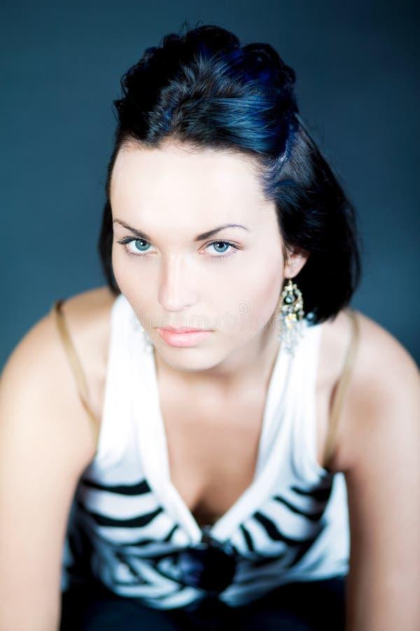 Reizvolles dunkles Haar kaukasisches Slavicmädchen, das oben schaut stockbilder