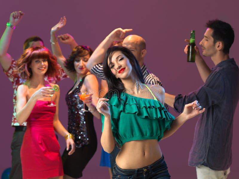 Reizvolles Frauentanzen im Nachtclub stockbild