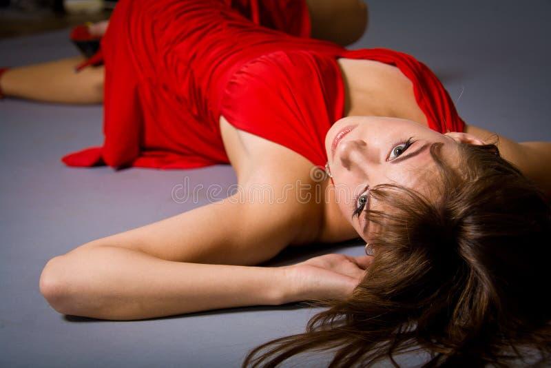 Reizvolles junges Mädchen, das rotes Kleid trägt lizenzfreies stockbild