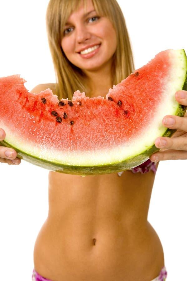 Reizvolles junges Mädchen mit Wassermelone stockfotos