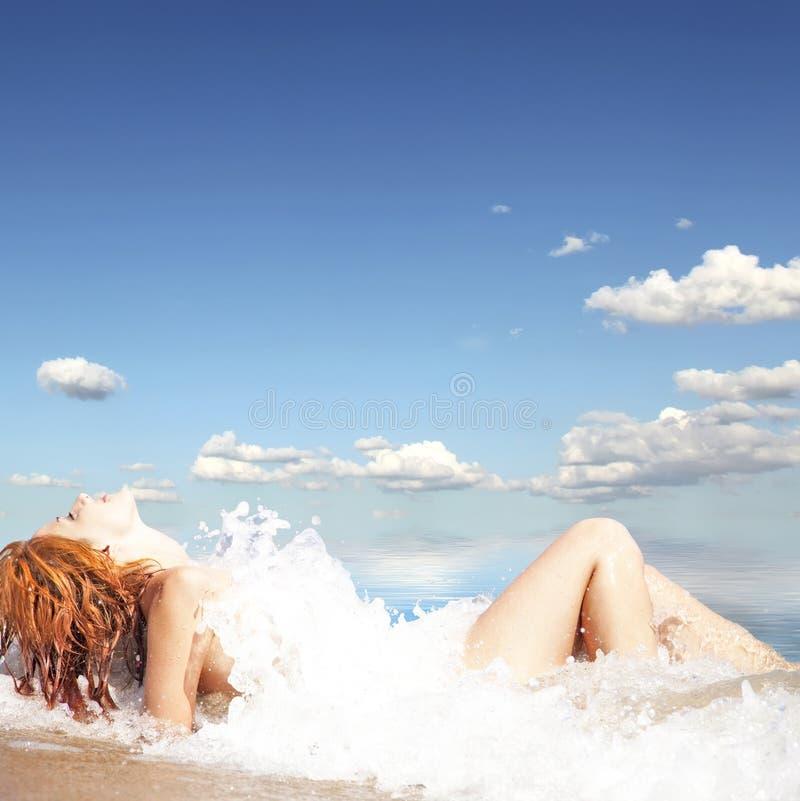 Reizvolles junges red-haired Mädchen auf dem Strand. stockfotos