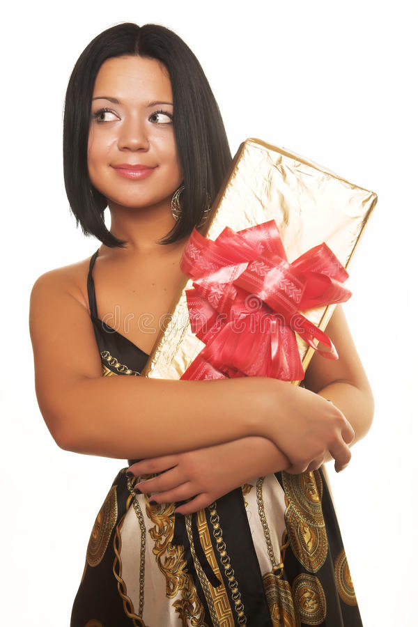 Reizvolles lächelndes Mädchen, das ein Geschenk anhält lizenzfreies stockbild