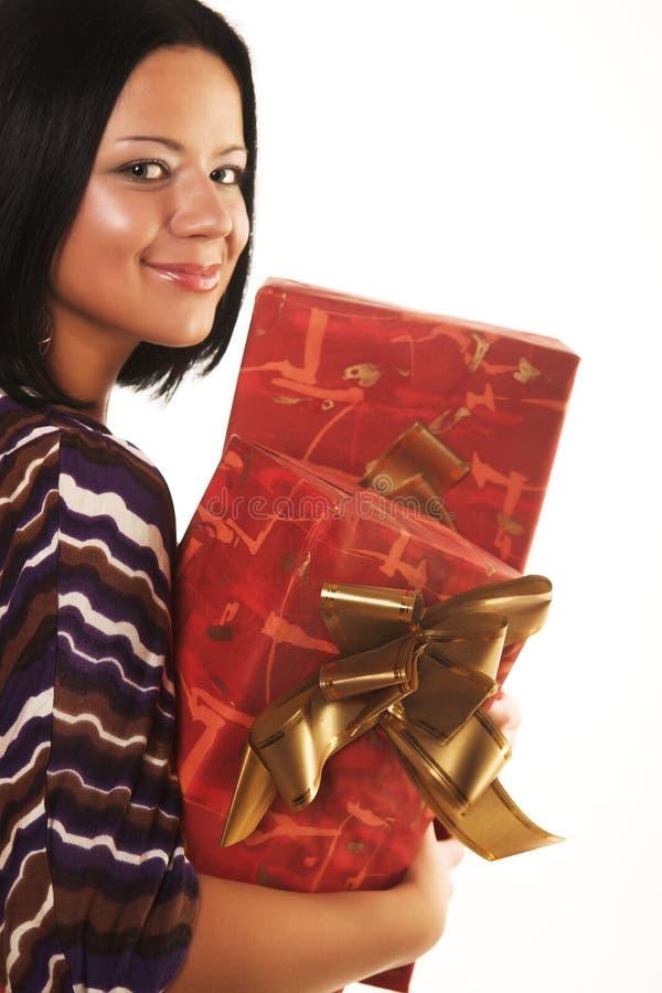 Reizvolles lächelndes Mädchen, das ein Geschenk anhält stockfoto