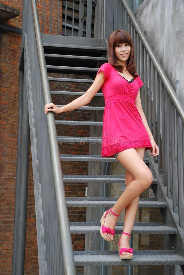 Reizvolles Mädchen auf den Treppen lizenzfreies stockfoto