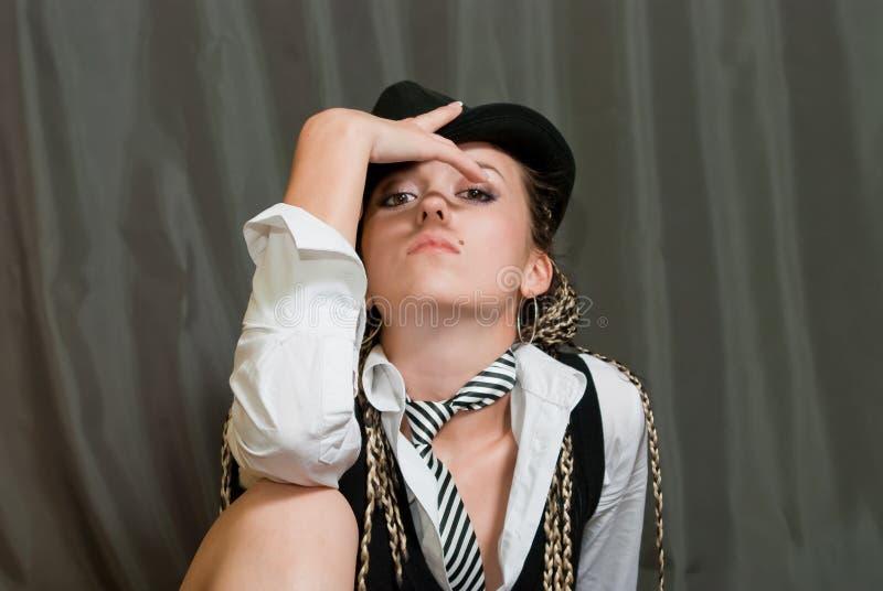 Reizvolles Mädchen auf Grau stockfoto