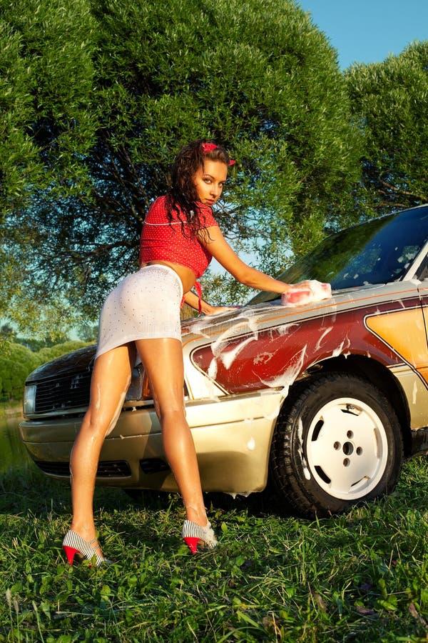 Reizvolles Mädchen, das ein Auto - Stift-oben Art wäscht lizenzfreies stockfoto