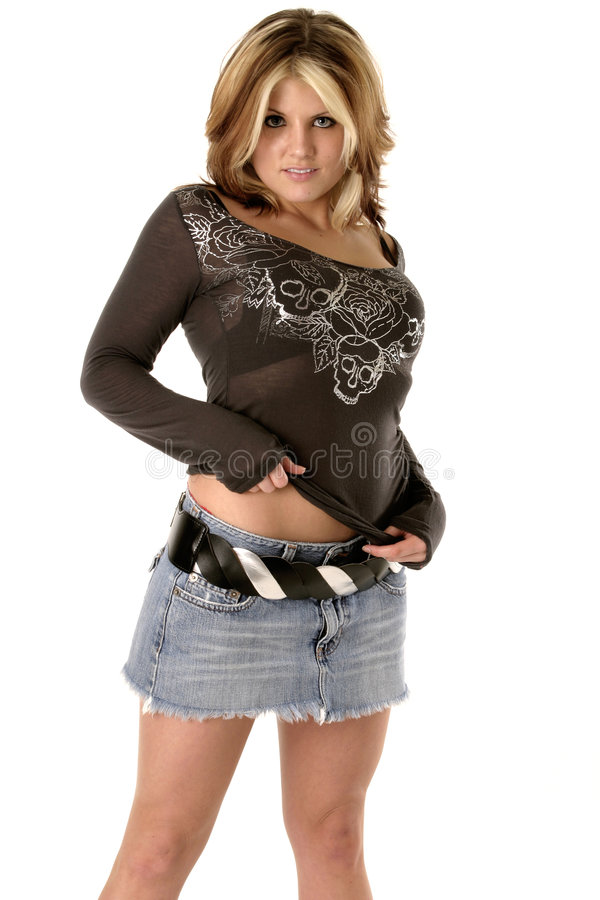 Reizvolles Mädchen, das Hemd hochzieht lizenzfreies stockbild