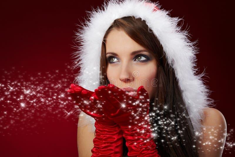 Reizvolles Mädchen, das Weihnachtsmann-Kleidung auf r trägt stockfoto