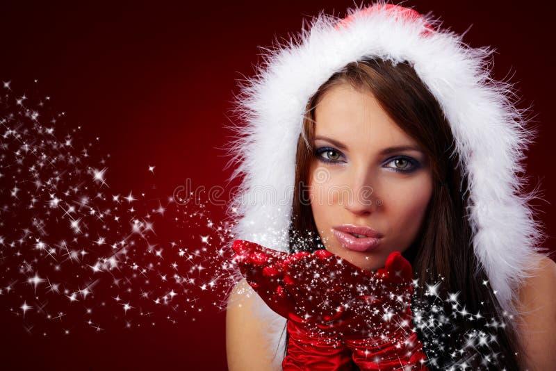 Reizvolles Mädchen, das Weihnachtsmann-Kleidung trägt lizenzfreie stockfotos