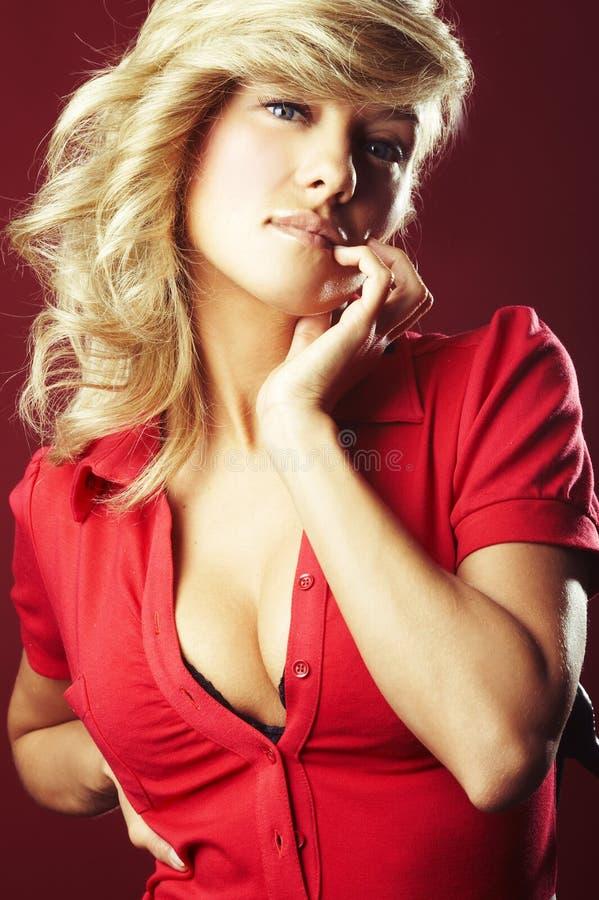 Reizvolles Mädchen in der roten Bluse lizenzfreies stockfoto