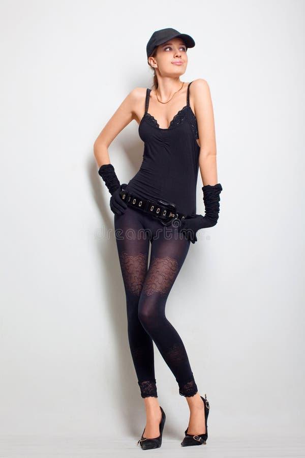 Reizvolles Mädchen in einer schwarzen Kleidung stockbild
