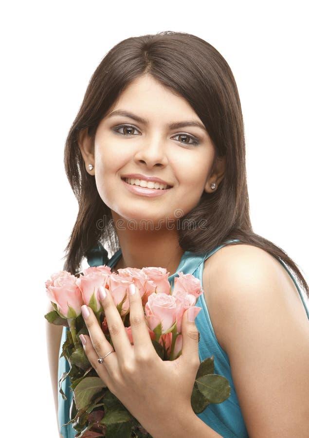 Reizvolles Mädchen mit Bündel rosafarbenen Rosen lizenzfreies stockfoto