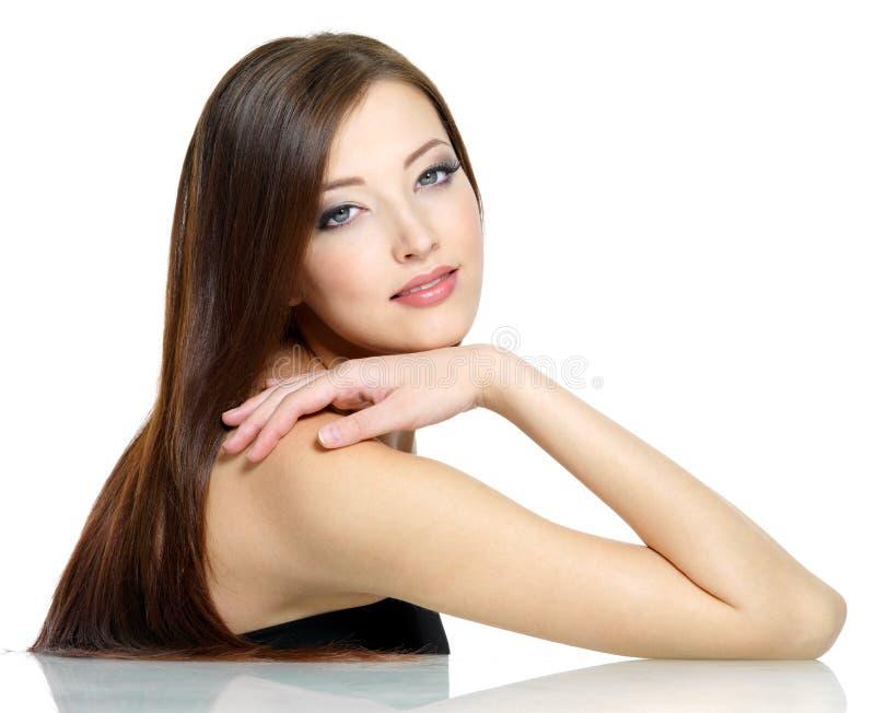 Reizvolles Mädchen mit dem langen Haar lizenzfreie stockfotografie
