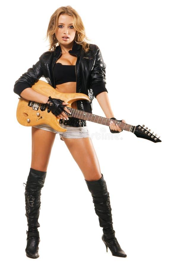 Reizvolles Mädchen mit elektrischer Gitarre gegen stockfoto