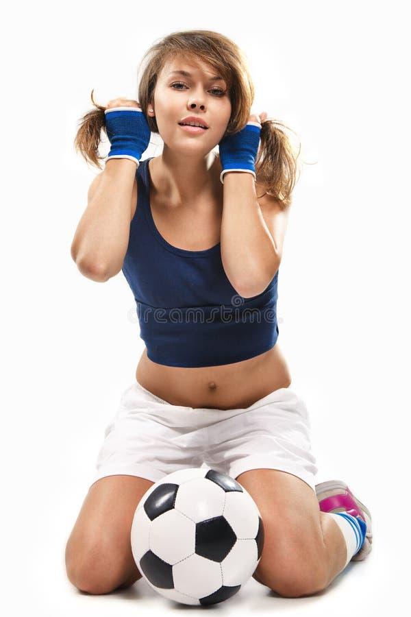 Reizvolles Mädchen mit Fußballkugel lizenzfreie stockbilder