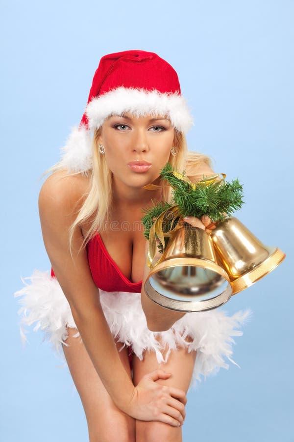 Reizvolles Sankt-behilfliches Mädchen mit Glocken lizenzfreies stockbild