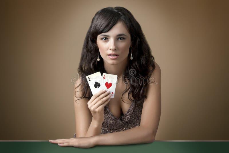 Reizvolles schönes junges Mädchen im Kasino stockfotos