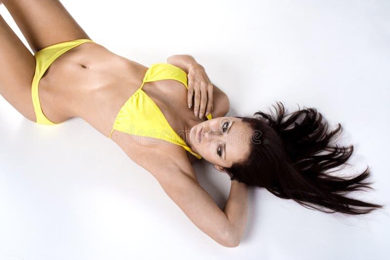Reizvolles weibliches Baumuster im Bikini lizenzfreies stockfoto