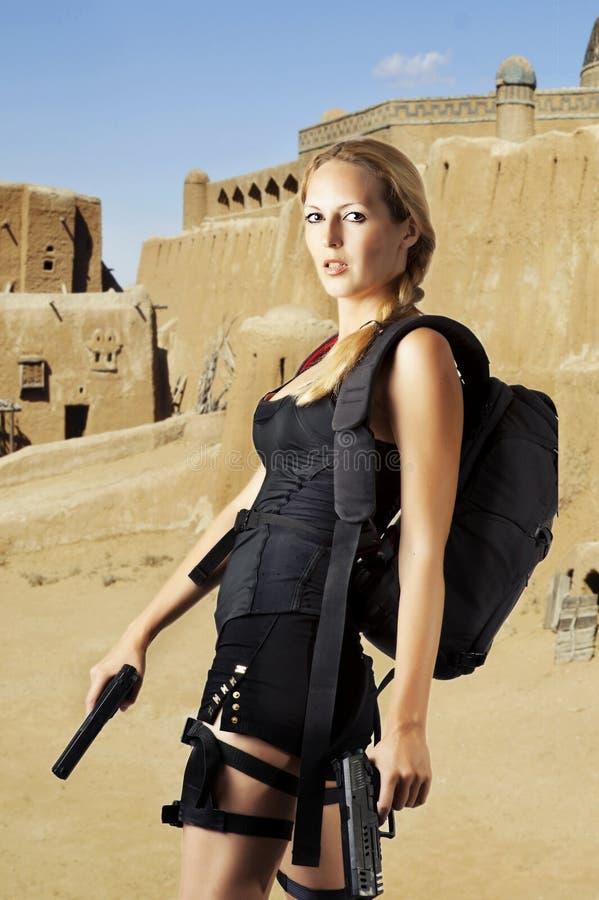 Reizvolles weibliches Baumuster mit zwei Handgewehren lizenzfreies stockbild