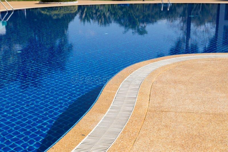 Reja del blanco del dren del desbordamiento del borde de la piscina imagen de archivo libre de regalías