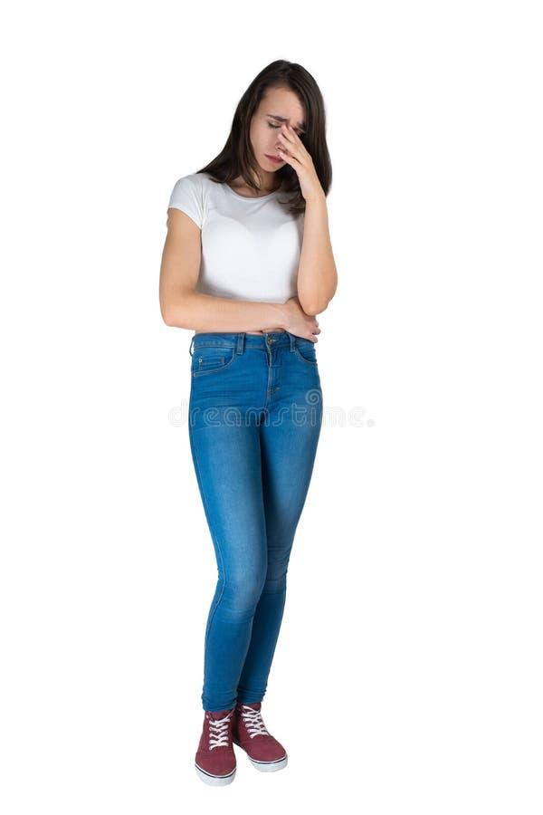 rejeção Dor de cabeça Isolado em branco uma jovem mulher está com comprimento completo A imagem das emoções imagem de stock royalty free