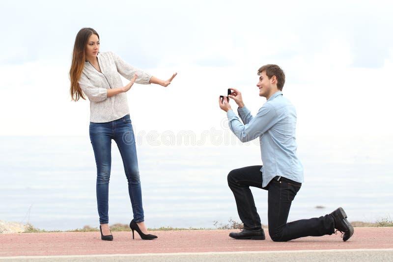 Rejet de proposition quand un homme demande dans le mariage à une femme photographie stock