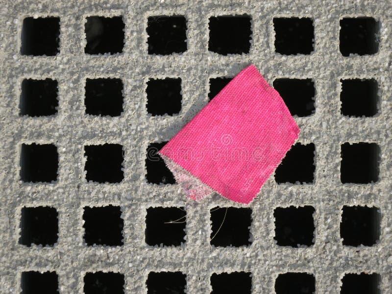 Rejilla con la cinta rosada fotografía de archivo